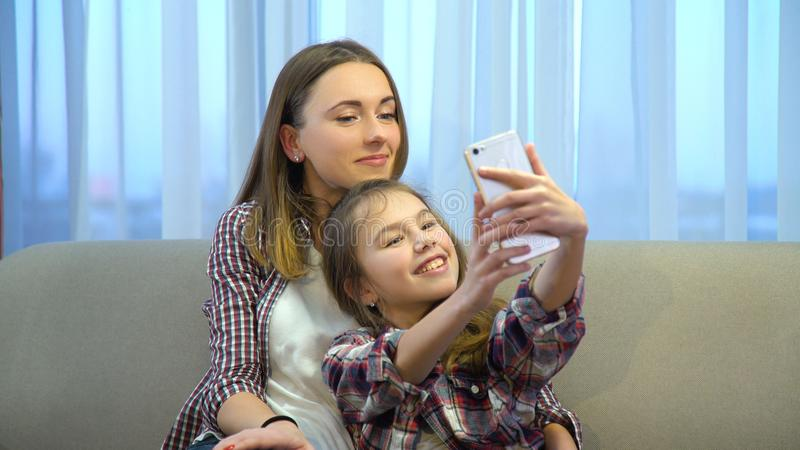 Stile di vita in ozio di svago della famiglia che prende selfie immagine stock libera da diritti