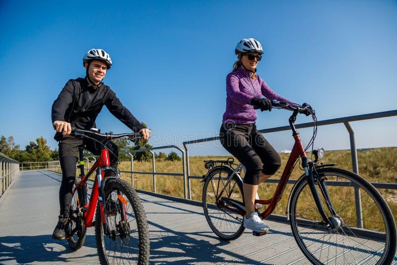 Stile di vita sano - biciclette di guida della gente fotografia stock
