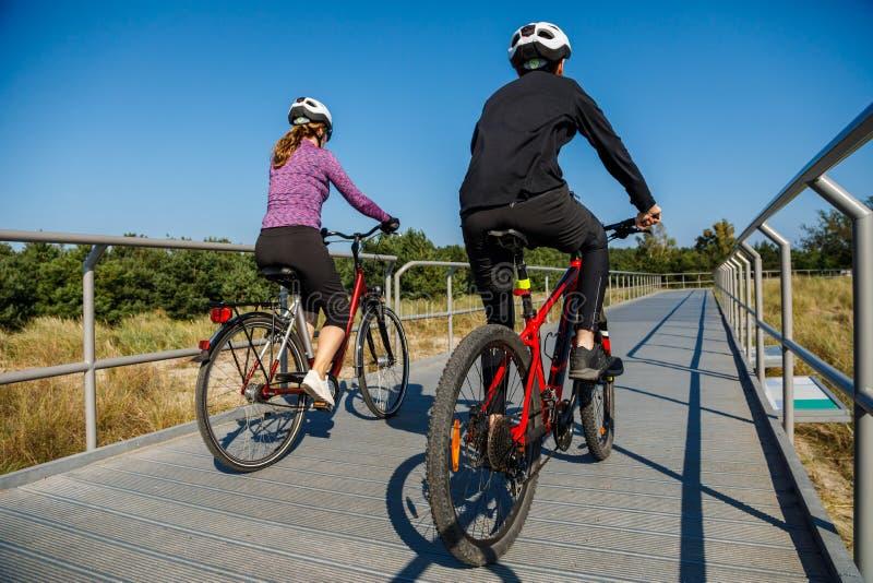 Stile di vita sano - biciclette di guida della gente fotografie stock libere da diritti