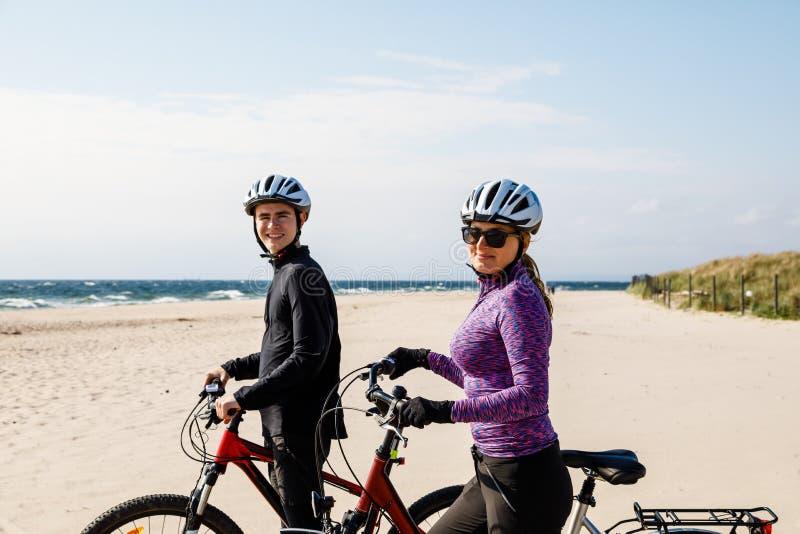 Stile di vita sano - biciclette di guida della gente fotografie stock