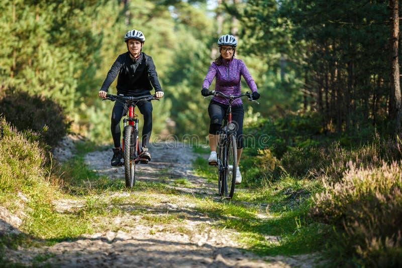 Stile di vita sano - biciclette di guida della gente fotografia stock libera da diritti