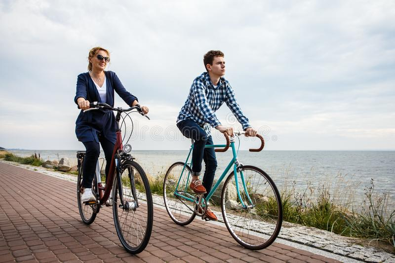 Stile di vita sano - biciclette di guida della gente immagine stock libera da diritti