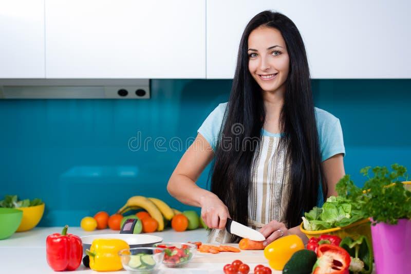 Stile di vita sano che cucina a casa immagine stock libera da diritti