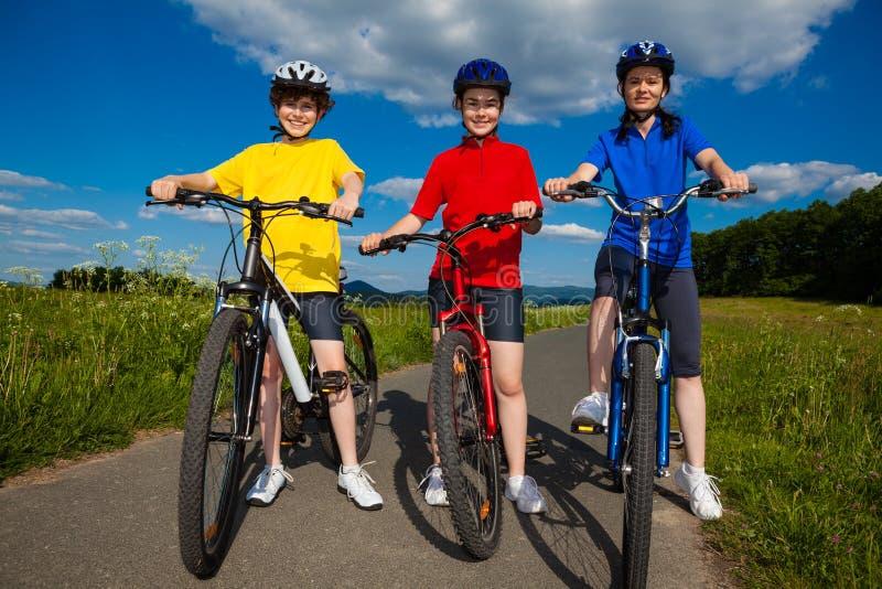 Download Stile Di Vita Sano - Ciclismo Della Famiglia Immagine Stock - Immagine di bicyclist, bambini: 30832015
