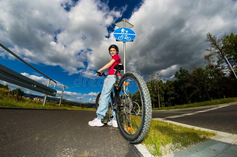 Download Stile Di Vita Sano - Ciclismo Della Ragazza Immagine Stock - Immagine di ragazza, bambino: 30831753
