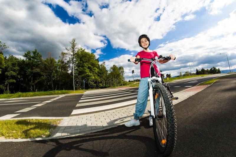 Download Stile Di Vita Sano - Ciclismo Della Ragazza Fotografia Stock - Immagine di bambini, playful: 30831766