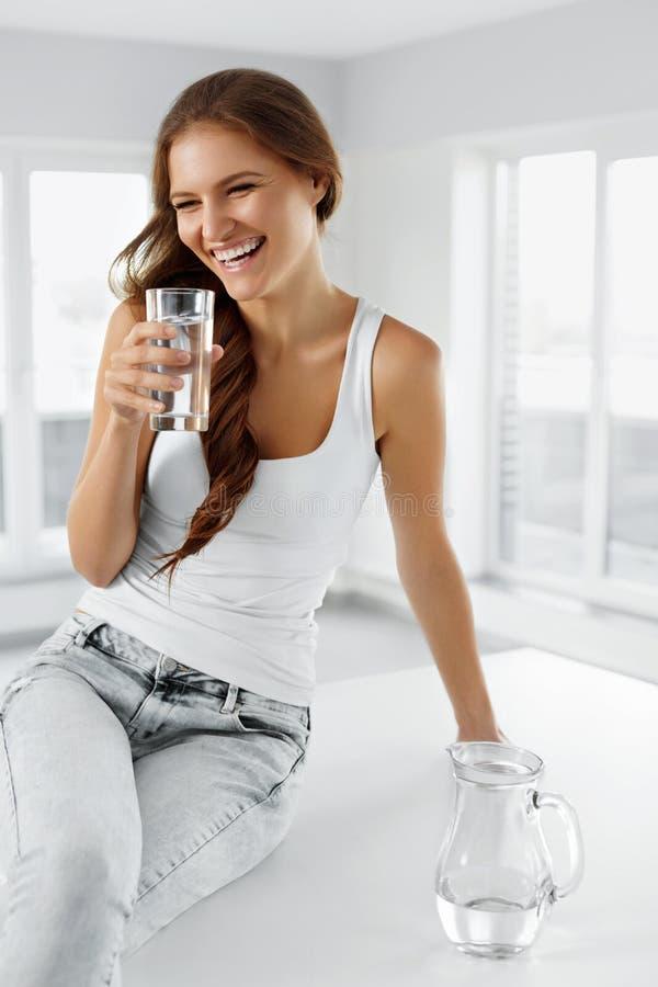Stile di vita sano Donna con vetro di acqua Cibo sano Di fotografia stock