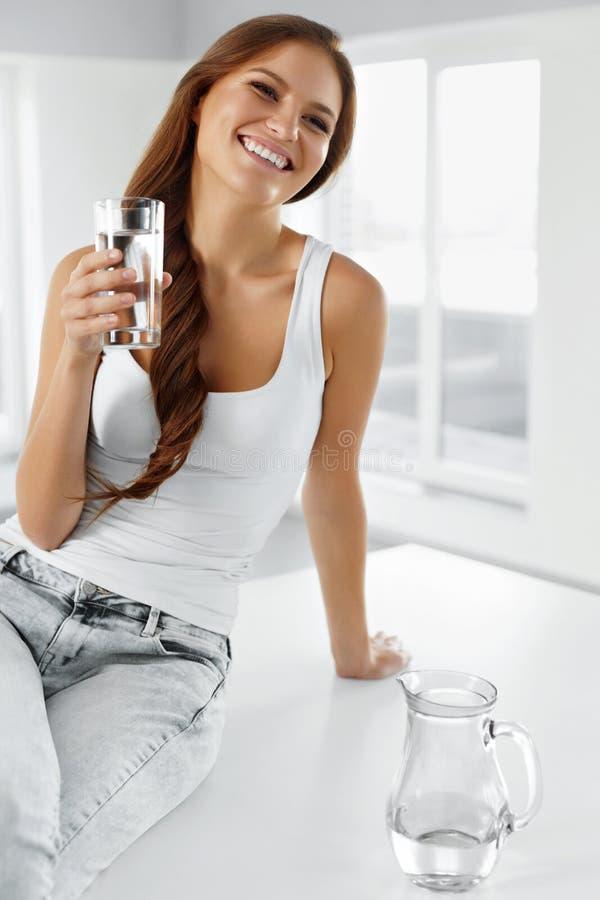 Stile di vita sano Donna con vetro di acqua Cibo sano Di fotografia stock libera da diritti