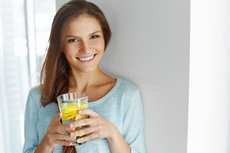 Stile di vita sano ed alimento Acqua bevente della frutta della donna detox H immagine stock