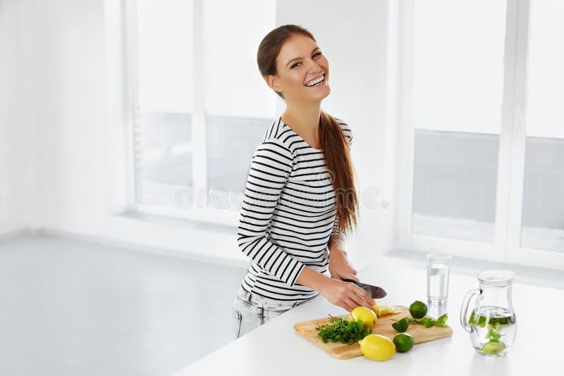 Stile di vita sano, mangiante Donna con i limoni e le limette vitamina immagini stock