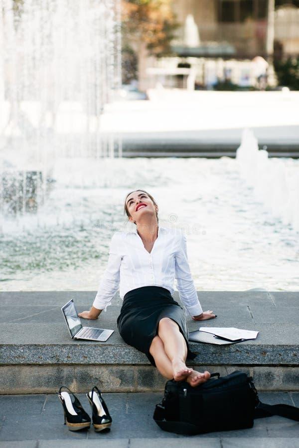 Stile di vita urbano contento rilassato della donna di affari fotografie stock libere da diritti