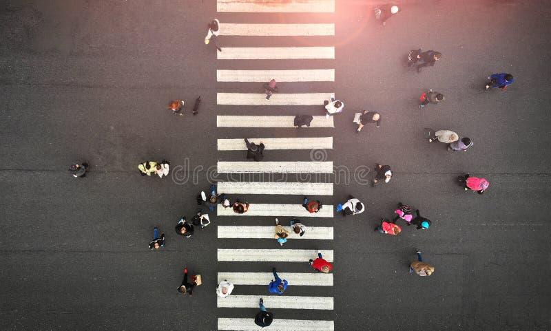 Stile di vita urbano La gente ammucchia sull'attraversamento pedonale Passaggio pedonale, vista superiore immagine stock