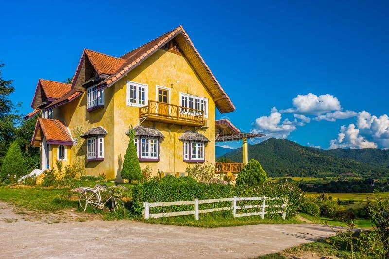 Stile europeo d 39 annata della casa gialla sulla collina in for Casa in stile europeo