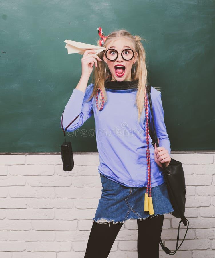Stile funky del nerd sveglio Godere della sua vita scolastica Scolara operata Modo della scuola Adolescente spensierato Blonde al fotografie stock libere da diritti