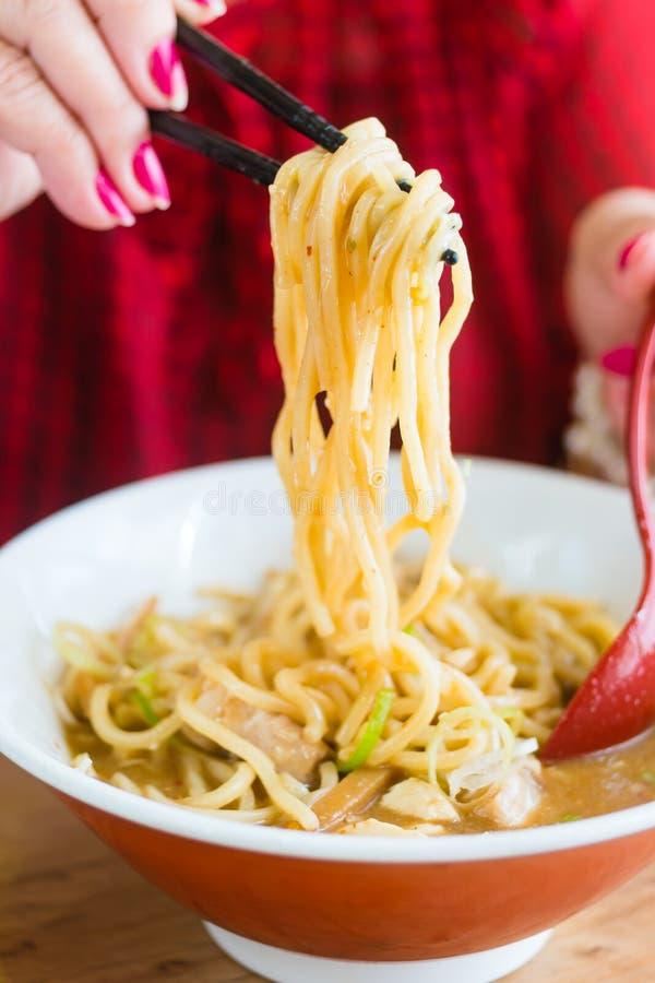 Stile giapponese dell'alimento della tagliatella di cibo della donna fotografie stock