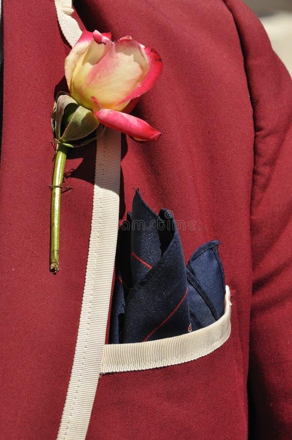 Stile - il rivestimento del marooon con è aumentato in risvolto e fazzoletto in tasca fotografia stock