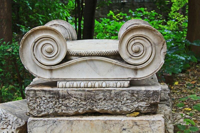 Stile ionico Scrollwork nel giardino nazionale di Atene Grecia fotografia stock