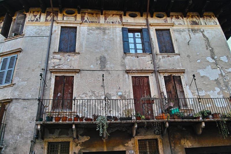 Stile italiano della costruzione di appartamento vecchio immagini stock libere da diritti