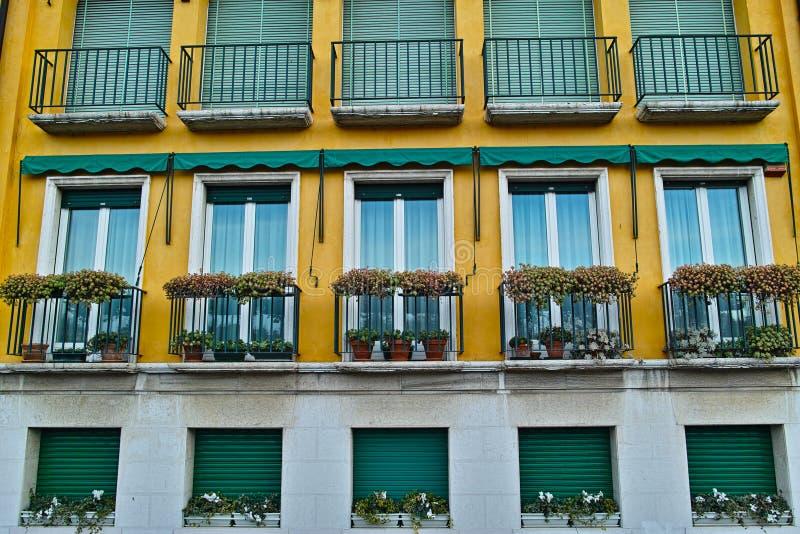 Stile italiano moderno della costruzione di appartamento immagine stock