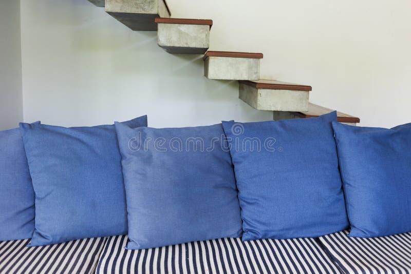 Stile moderno del salone interno con la mobilia blu del sofà fotografie stock libere da diritti
