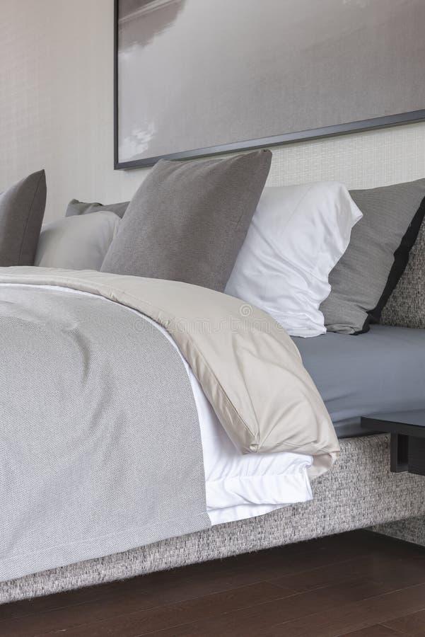 Stile moderno della camera da letto con il tono grigio di - Letto stile moderno ...