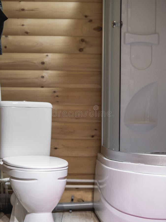 Stile moderno della stanza del bagno Il legno annota la priorità bassa fotografia stock