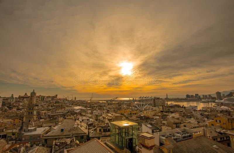 Stile morbido dell'annata del fuoco Vista aerea della città di Genova, Italia, al paesaggio di punto di vista della città di tram immagini stock libere da diritti