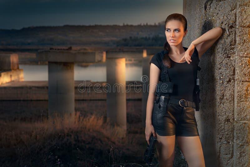 Stile potente di film di azione della pistola della tenuta della donna immagini stock libere da diritti