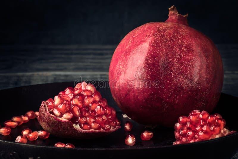 Stile rustico rurale di natura morta rossa del grano della frutta del melograno fotografie stock libere da diritti