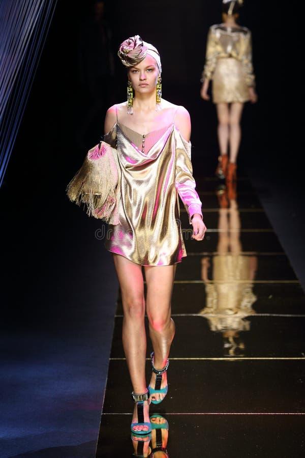 Stile sexy pronto da indossare della donna del ` di Milin del ` della sfilata di moda fotografie stock libere da diritti