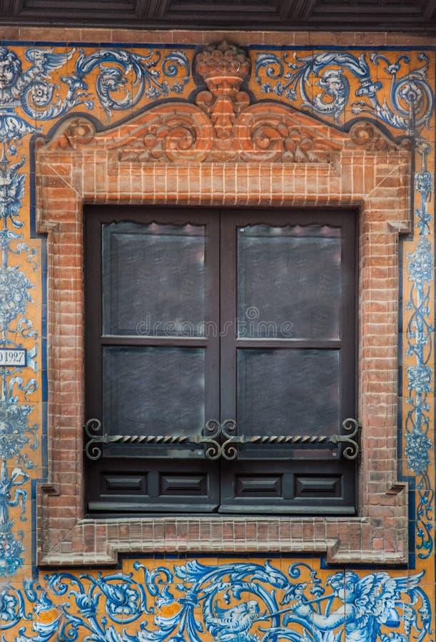 Stile spagnolo della finestra e del balcone dell'ornamento del mattone con la decorazione dello stucco fotografie stock