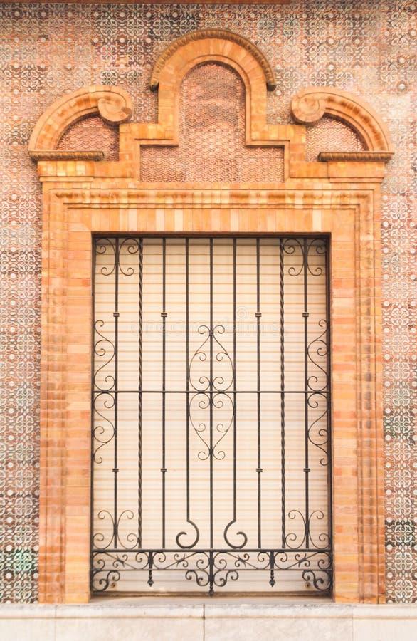 stile spagnolo tradizionale della finestra e del balcone dell'ornamento pastello del mattone con la decorazione dello stucco fotografie stock