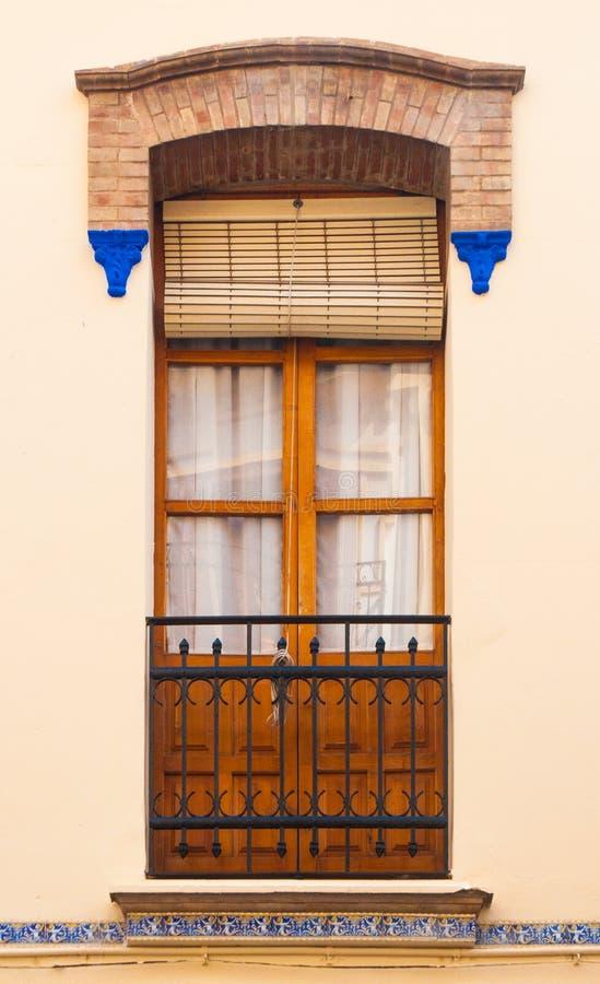 Stile spagnolo tradizionale pastello del balcone e della finestra con la decorazione dello stucco fotografia stock libera da diritti