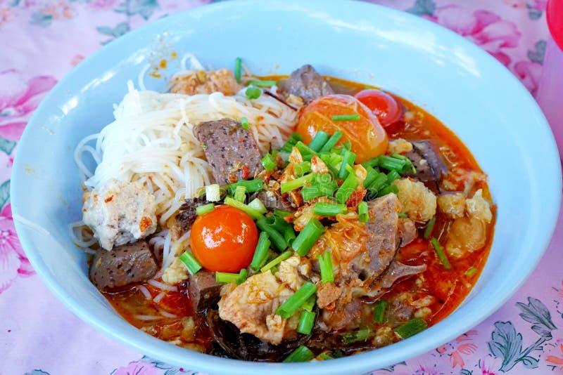 Stile tailandese dell'alimento, tagliatelle di riso con la salsa piccante della carne di maiale in ciotola fotografia stock