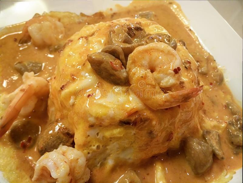 Stile tailandese Tom Yum Sauce Omelet con gamberetto ed i funghi fotografie stock