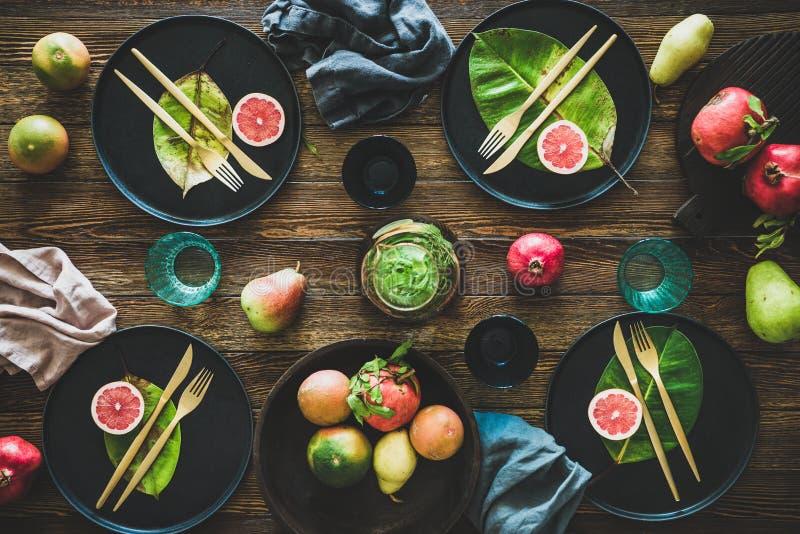 Stile tavola d'autunno per cena in occasione di festività con dinnerware nero fotografia stock
