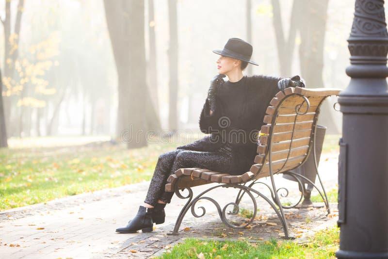 Stilfrau im Herbstpark lizenzfreie stockfotos