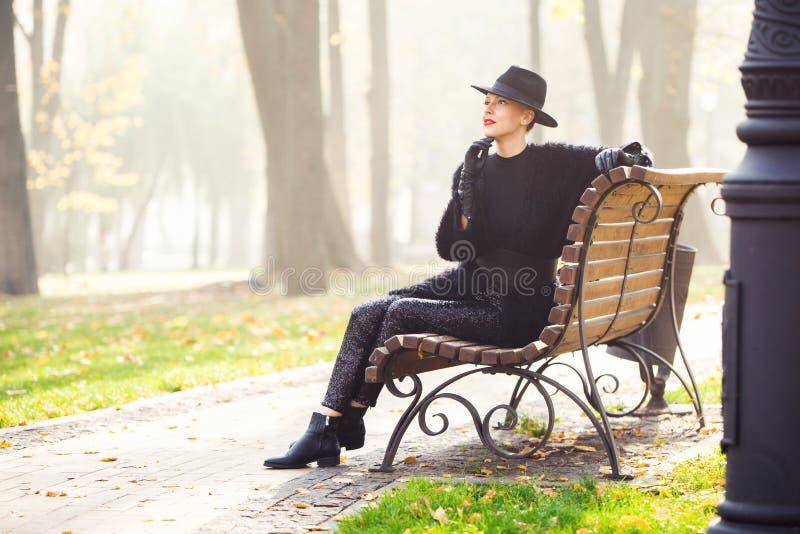 Stilfrau im Herbstpark lizenzfreies stockfoto