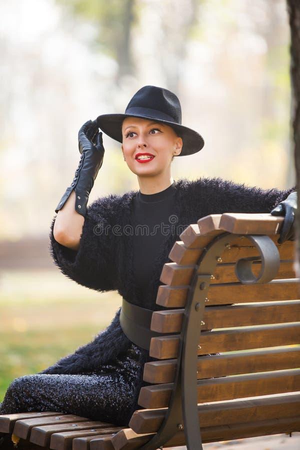 Stilfrau im Herbstpark lizenzfreies stockbild