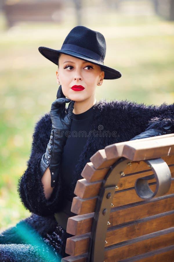 Stilfrau im Herbstpark stockbilder