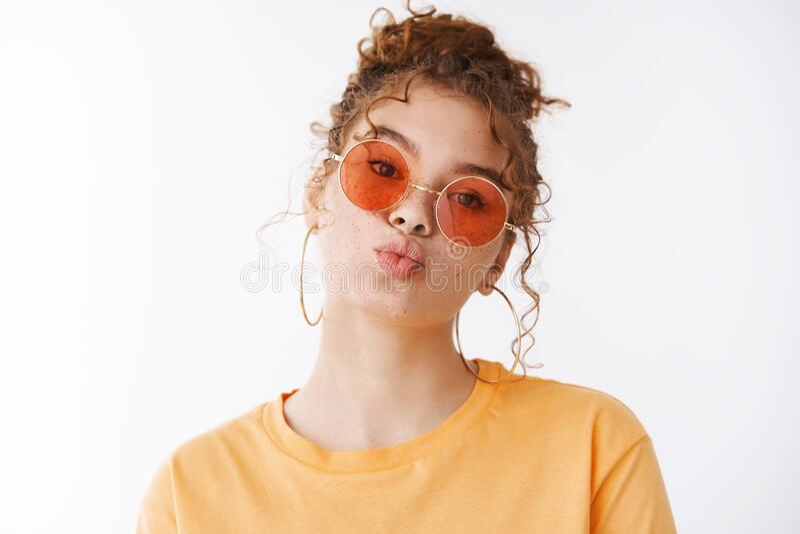 Stilfrohe, fröhliche, glamouröse Rothkopf junge 20er Rotkopfmädchen freckles Wangen Falten Lippen küssen Mwah tragen lizenzfreie stockbilder