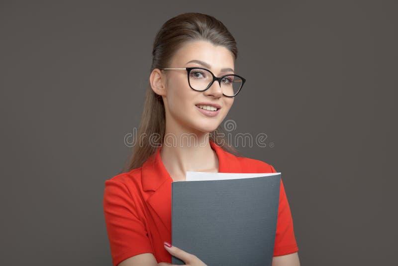 Stilfull affärskvinna med en mapp i hennes händer Ung specialist royaltyfria bilder
