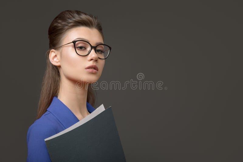 Stilfull affärskvinna med en mapp i hennes händer Ung specialist fotografering för bildbyråer
