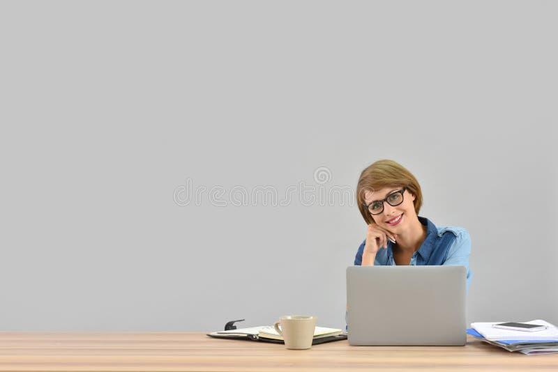 Stilfull affärskvinna som arbetar på bärbara datorn royaltyfria bilder
