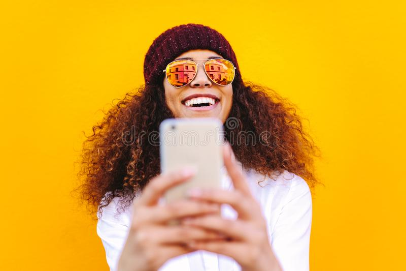 Stilfull afrikansk kvinna som gör selfie arkivfoto