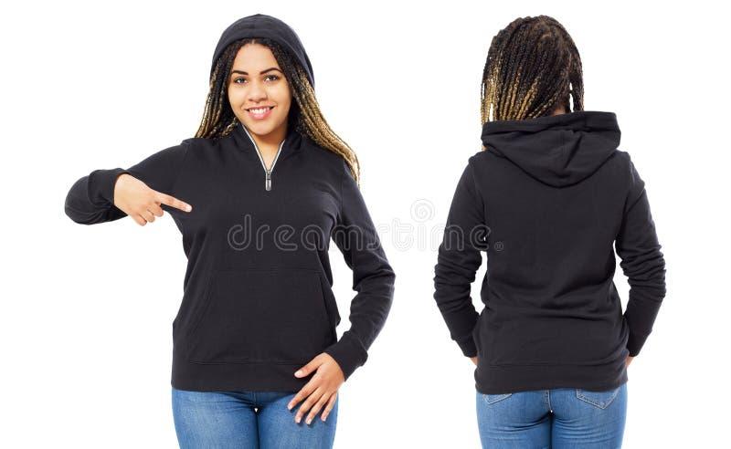 Stilfull afro amerikansk flicka i hoodieframdelen och tillbaka sikten - svart kvinna i den svarta tröjamodellen som isoleras på v fotografering för bildbyråer