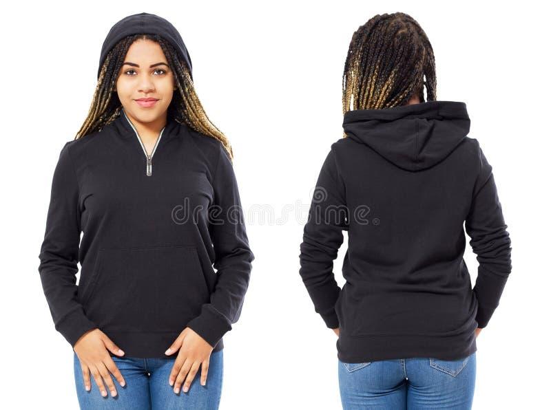 Stilfull afro amerikansk flicka i huven i en hoodieframdel och tillbaka siktssvart kvinna i tröjasweateråtlöje upp arkivbilder