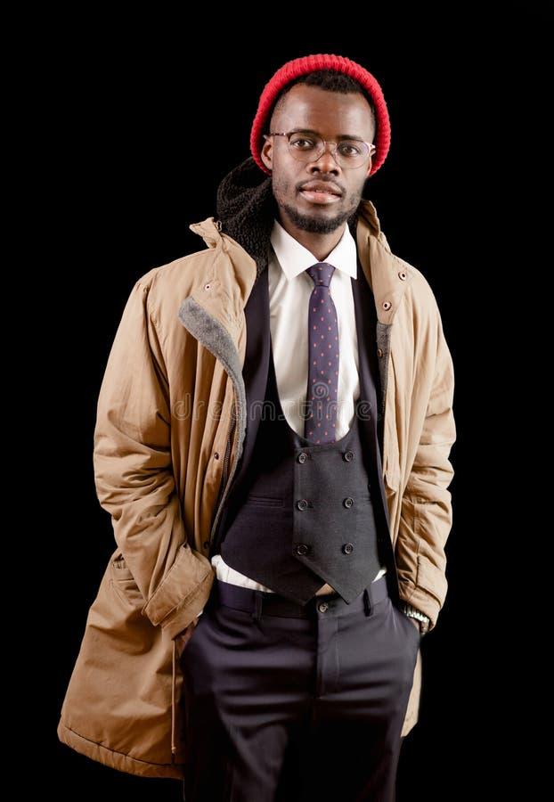 Stilfull afro- grabb i den vita skjortan svart väst, byxa, omslag och rött lock fotografering för bildbyråer