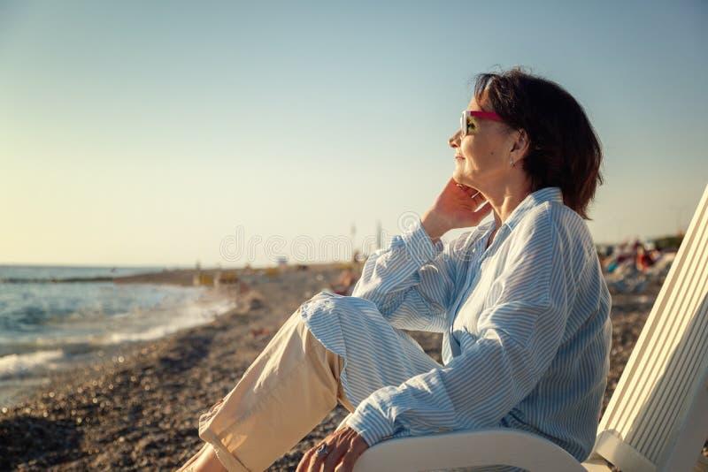 Stilfull attraktiv mogen kvinna 50-60 år gammalt sammanträde i december arkivfoton
