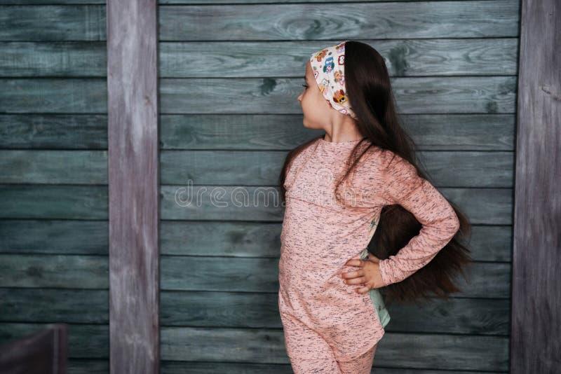 Stilfull benägenhet för tonårs- flicka mot en vägg royaltyfri bild